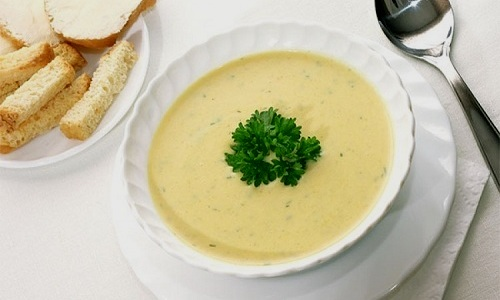 В меню при панкреатите можно включить молочный суп с манкой и морковью