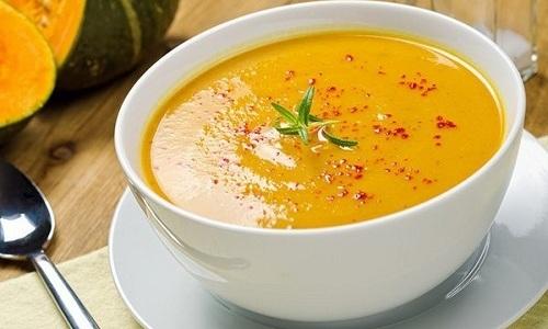 В период ремиссии при панкреатите можно разнообразить меню овощным супом из мякоти тыквы