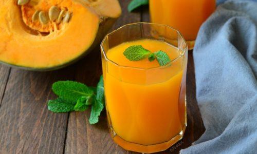 Тыквенный сок богат витаминами, содержит кальций, фосфор и магний, относится к щелочным напиткам, показанным при панкреатите