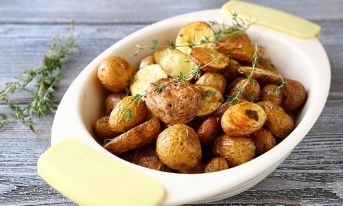 При панкреатите можно употреблять молодой картофель, который нужно тушить без специй